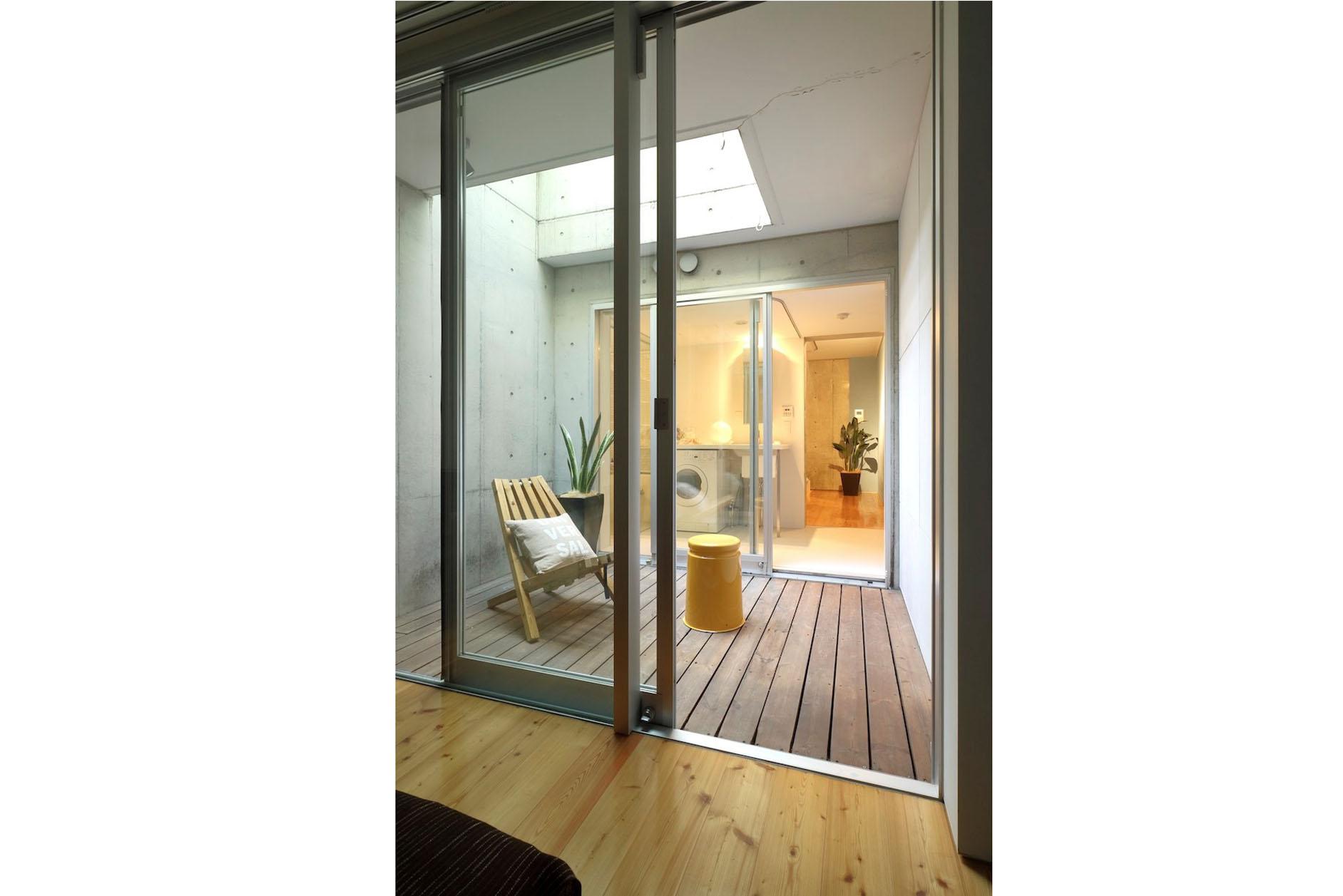 洋室とサニタリーを繋ぐウッドデッキテラス イメージ