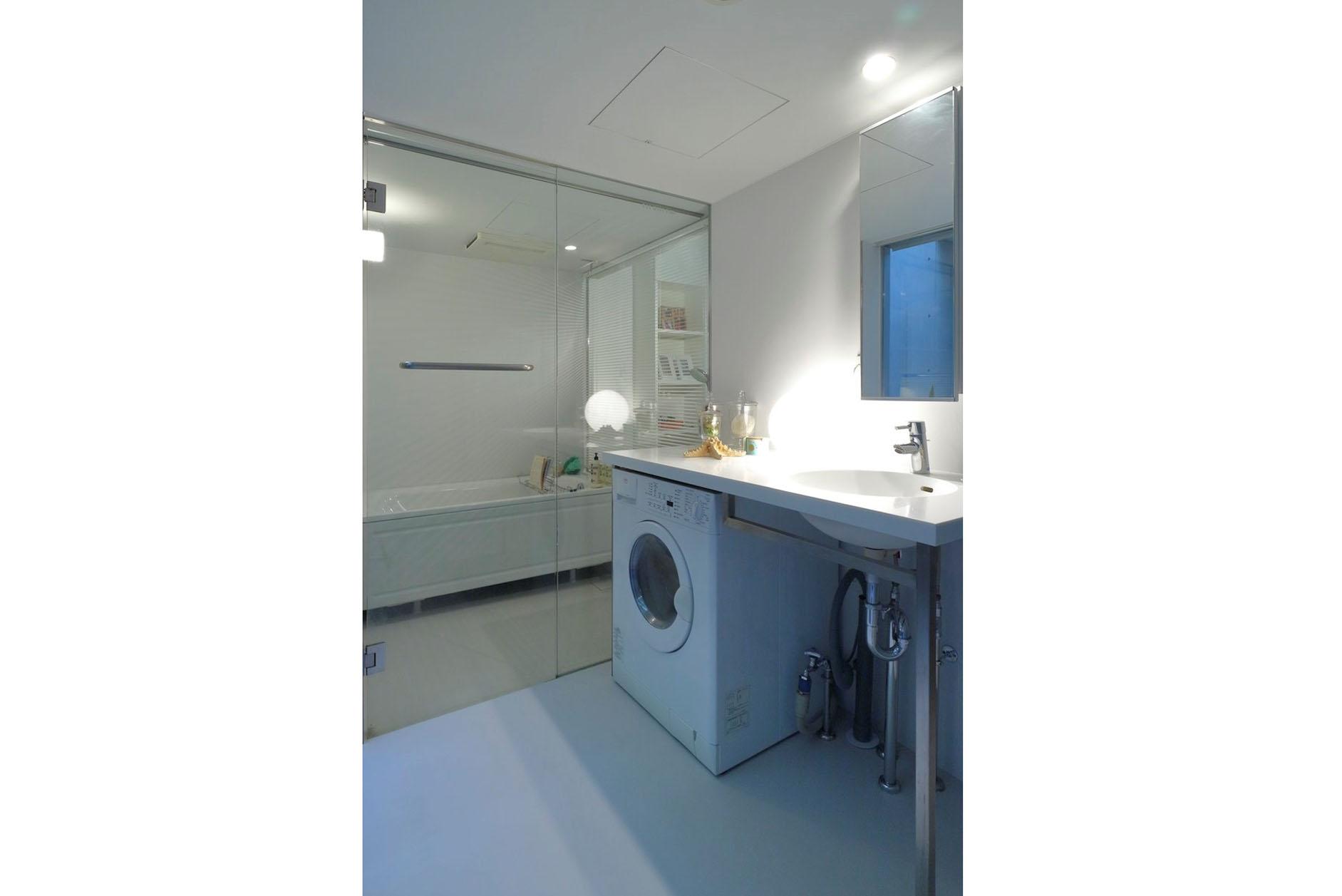 サニタリー(ドラム式洗濯機付き、ガラス張りのバスルーム) イメージ