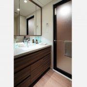 洗面/三面鏡裏収納やタオル掛けもついた便利な仕様。 サムネイル
