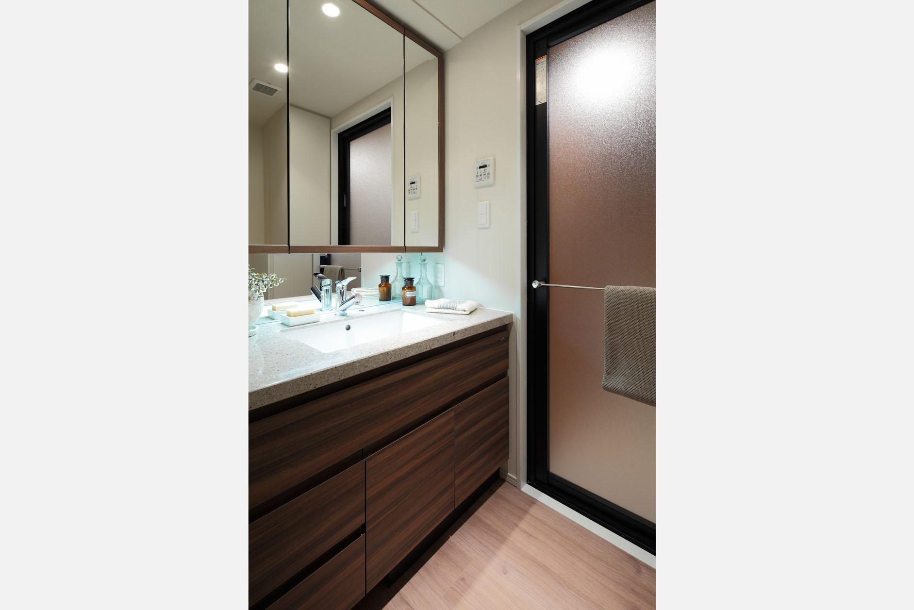 洗面/三面鏡裏収納やタオル掛けもついた便利な仕様。 イメージ