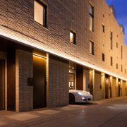 コリドー/外壁と同系色の高級感あふれる天然石敷き サムネイル