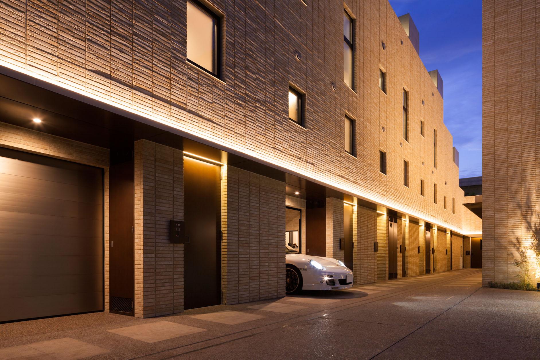 コリドー/外壁と同系色の高級感あふれる天然石敷き イメージ
