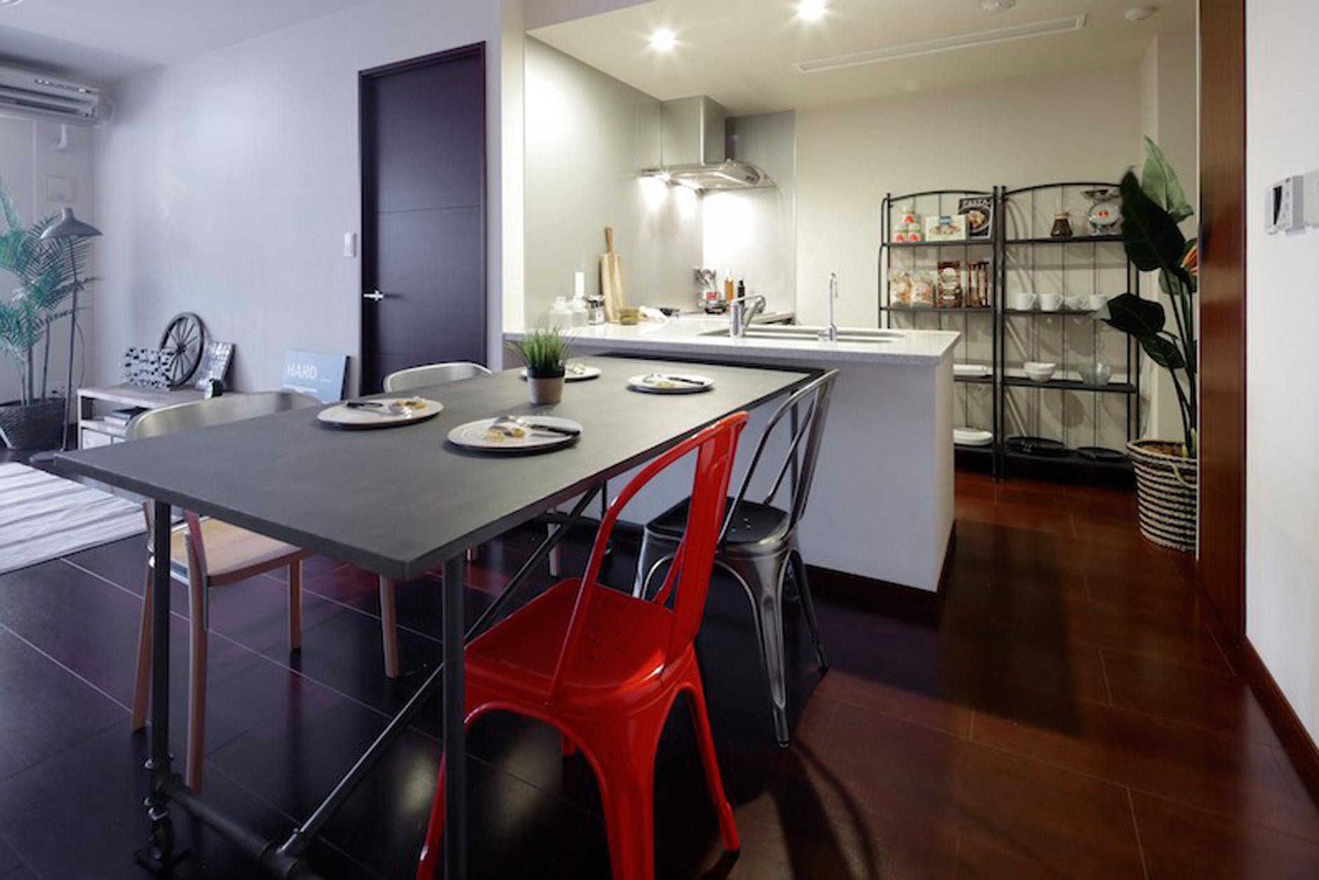 独立しつつ、室内の空間として繋がりのあるL字型キッチン。 イメージ