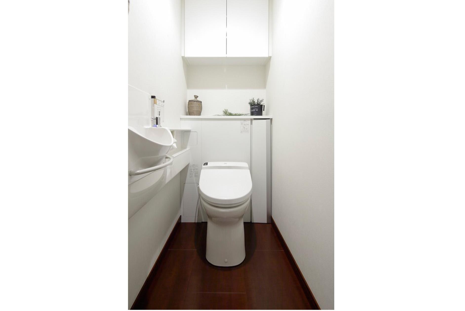 手洗水栓付きトイレ。吊戸棚にはかさばりやすいストックのトイレットペーパーを収納できます。 イメージ