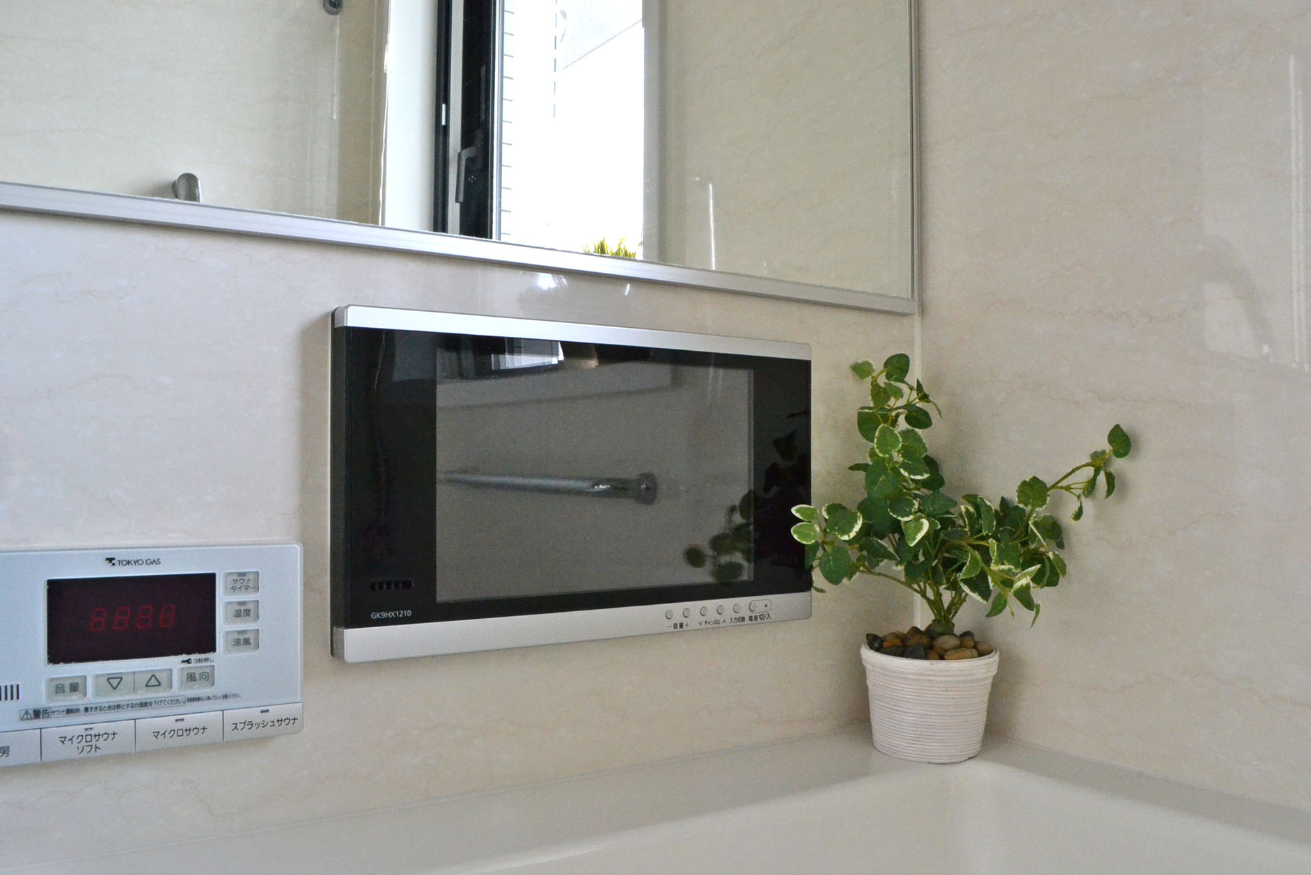 一日の疲れをとる大切な場所で好きな音楽を好きなテレビを視聴できる浴室TV イメージ
