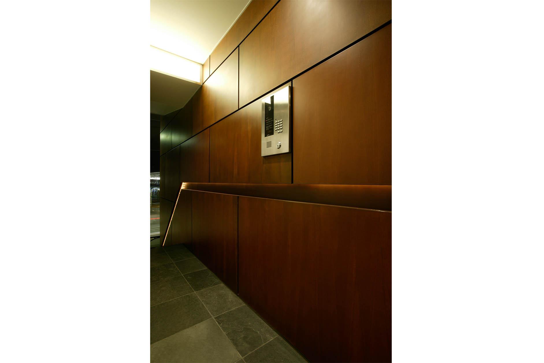 壁一面貼られたコールテン鋼の重厚感は高級感のあるエントランスホール。 イメージ