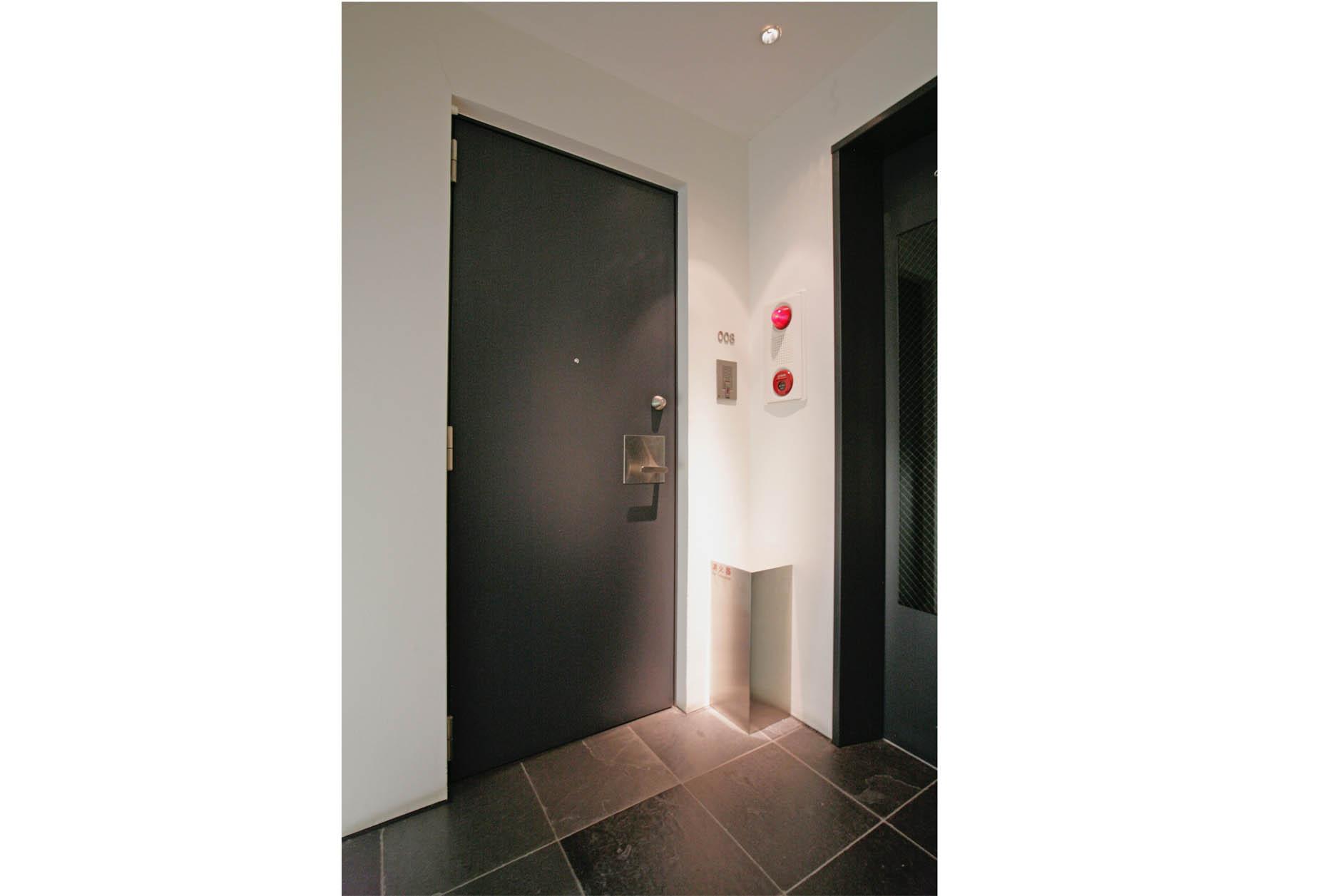 タイル貼りの重厚感と外部の影響を受けない内廊下は高級感も演出。 イメージ