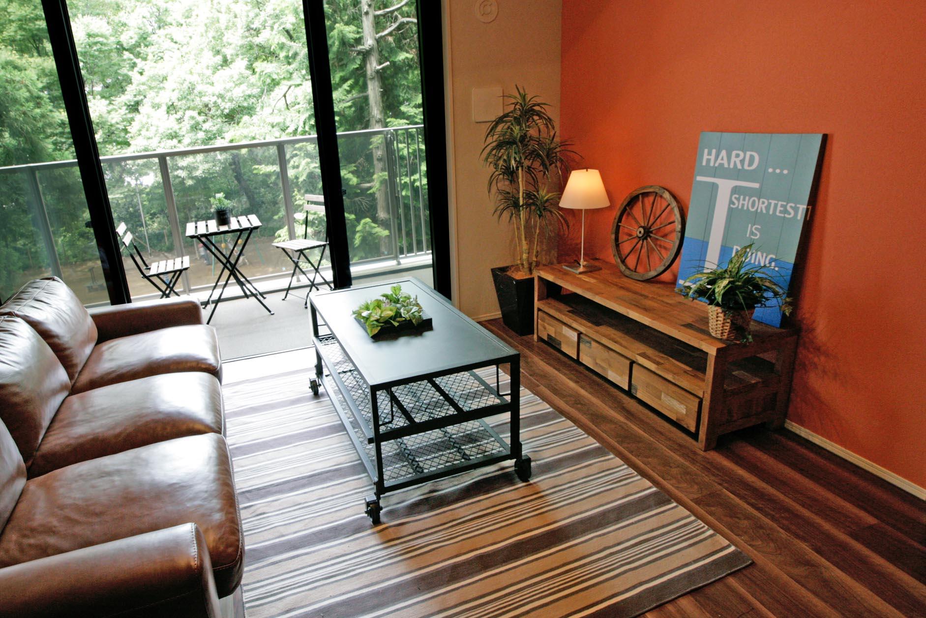 リビング壁一面には緑景に映える自然素材の珪藻土を採用。 イメージ