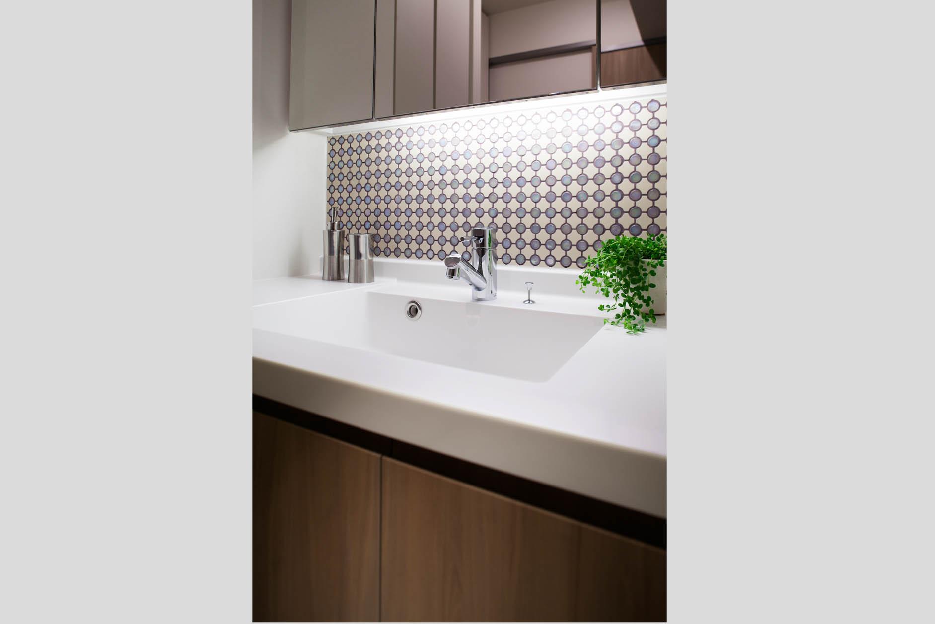 デザインタイルと間接照明付きの洗面化粧台。 イメージ