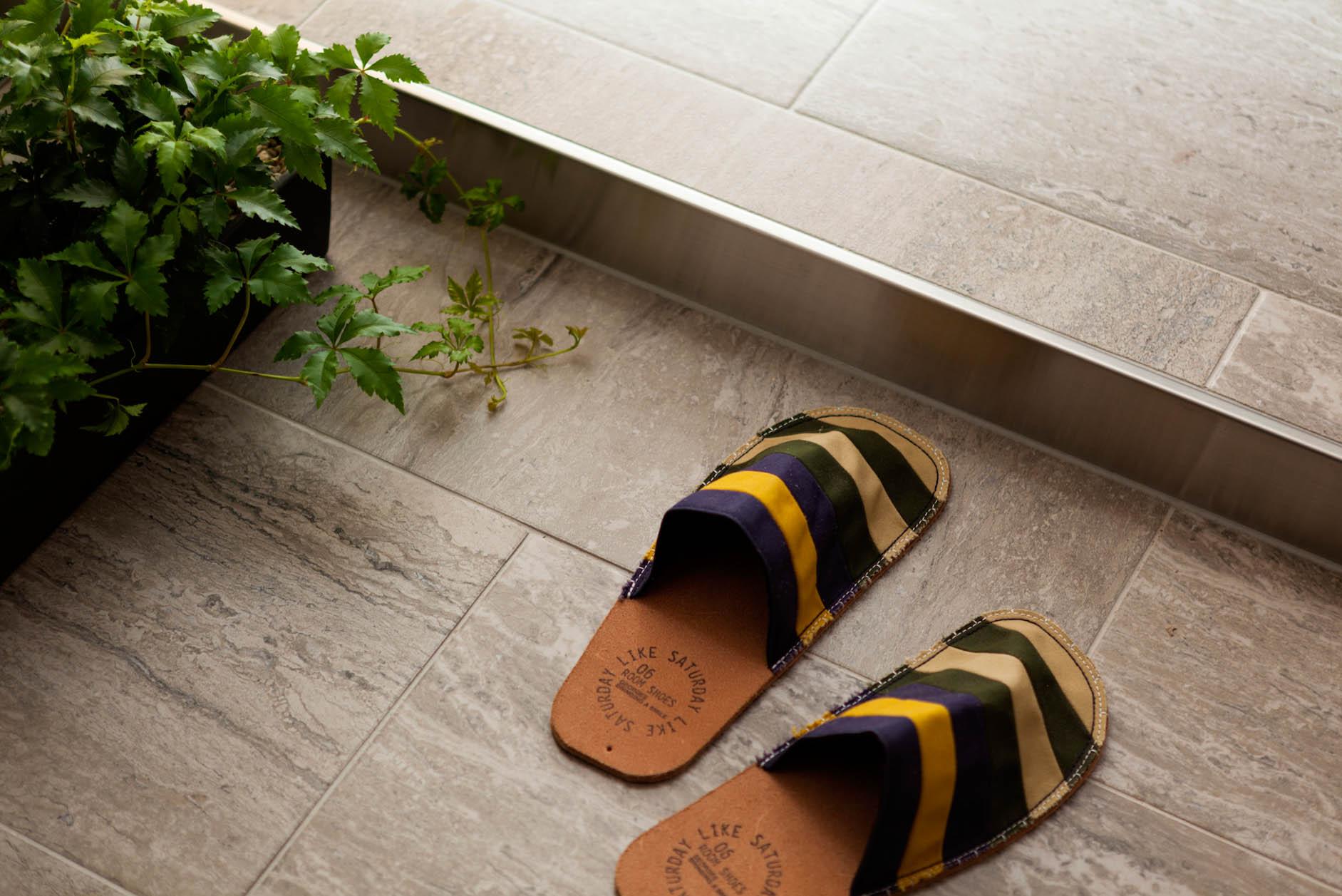 廊下と玄関はタイルとステンレスがスタイリッシュな印象的 イメージ