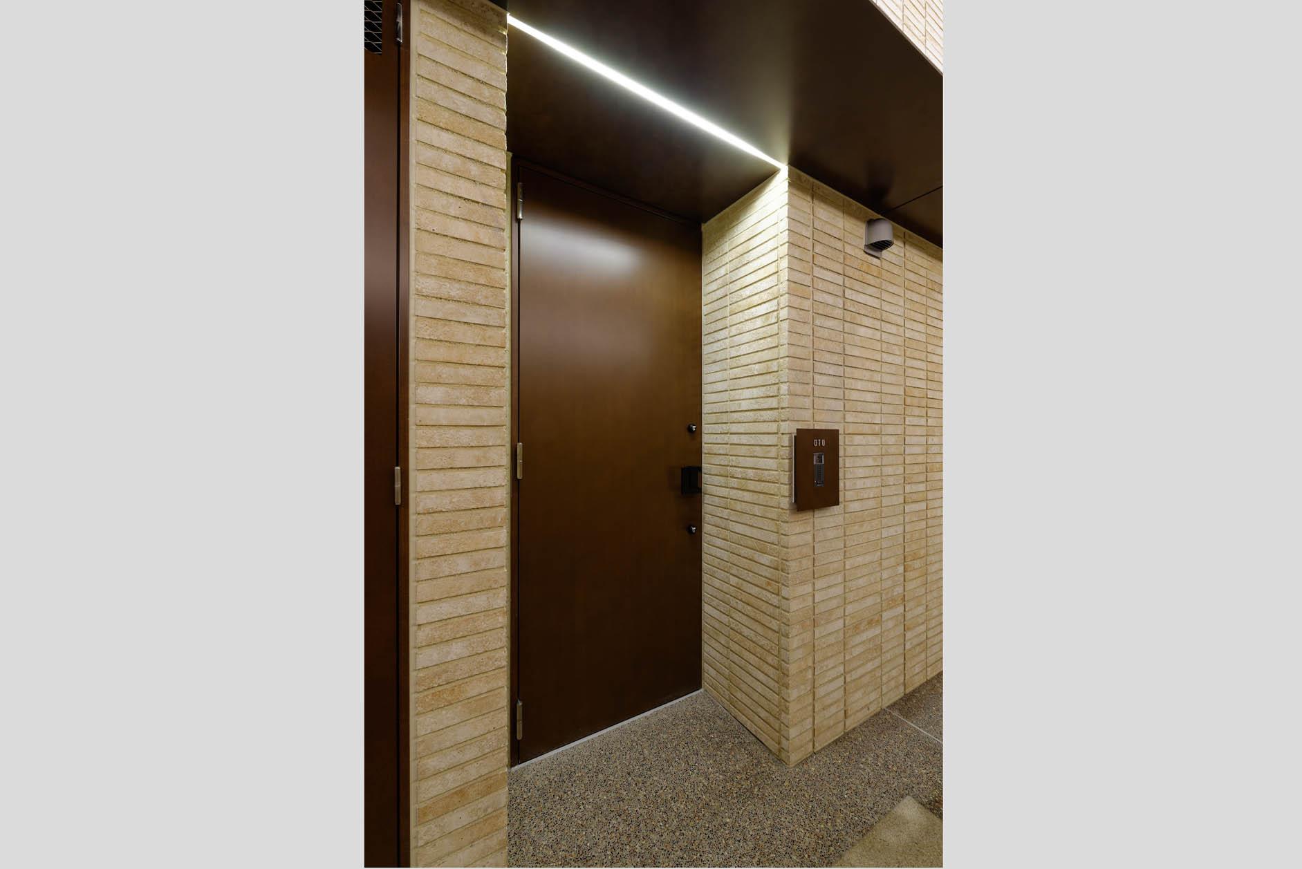 シックなトーンでセパレートされたモダンな鉄板調の玄関扉。 イメージ