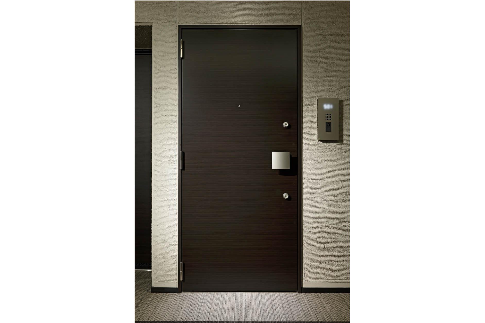 玄関ドアには、バールなどによる不正解除を防ぐ鎌付デットボルト錠を採用。防犯サムターンも採用するなど、念入な防犯対策を施していま… イメージ