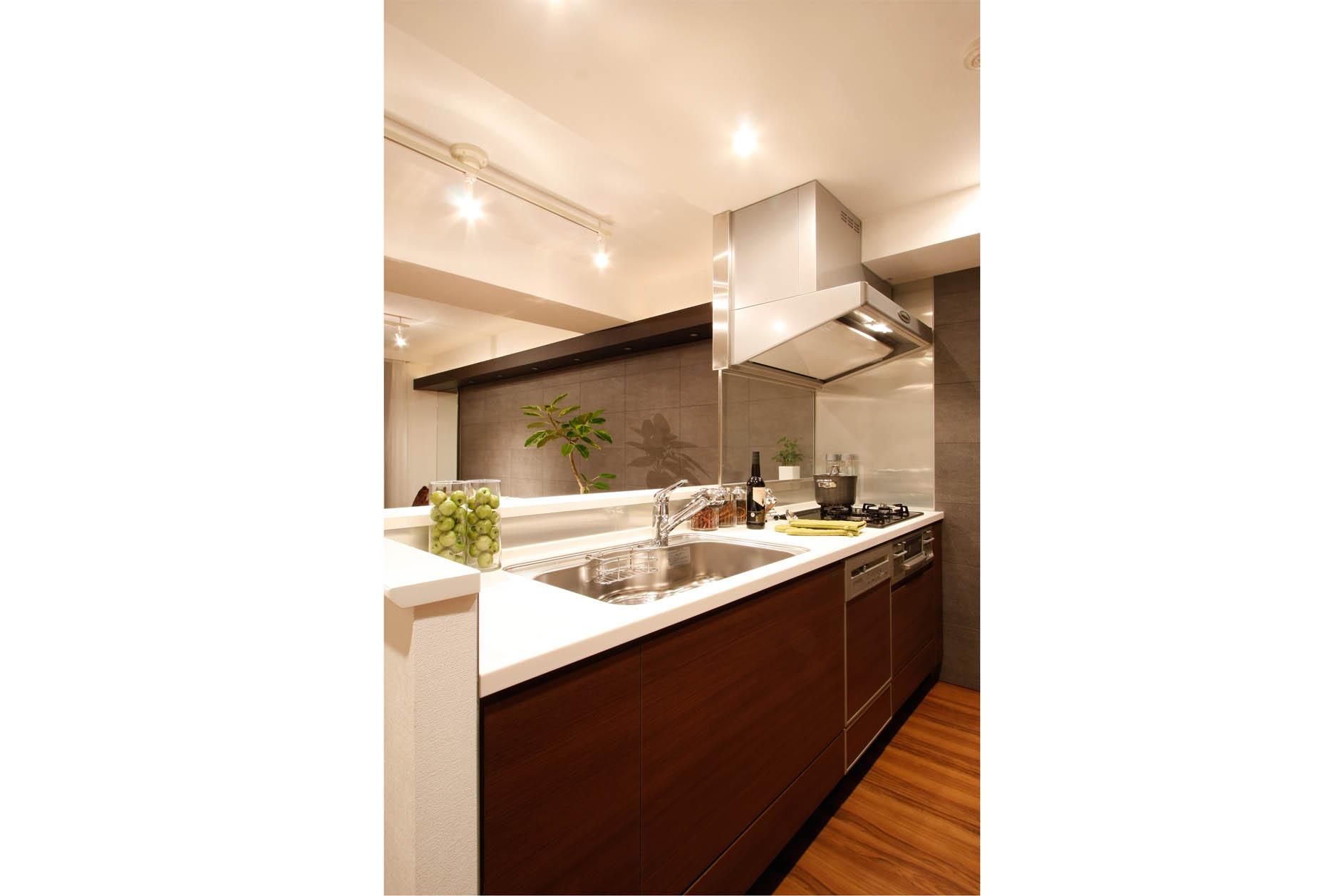 カウンターキッチン。家事をしながらLDのご家族と会話も楽しめる対面型キッチン。便利なカウンター付き。(MR撮影) イメージ