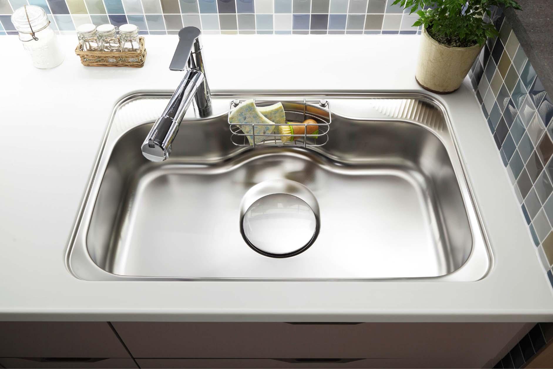 ワイドシンク・浄水器一体型水栓。フライパンや中華鍋などもスムーズに洗えるサイズに。洗剤やスポンジ用のポケット付き。(イメージ画… イメージ