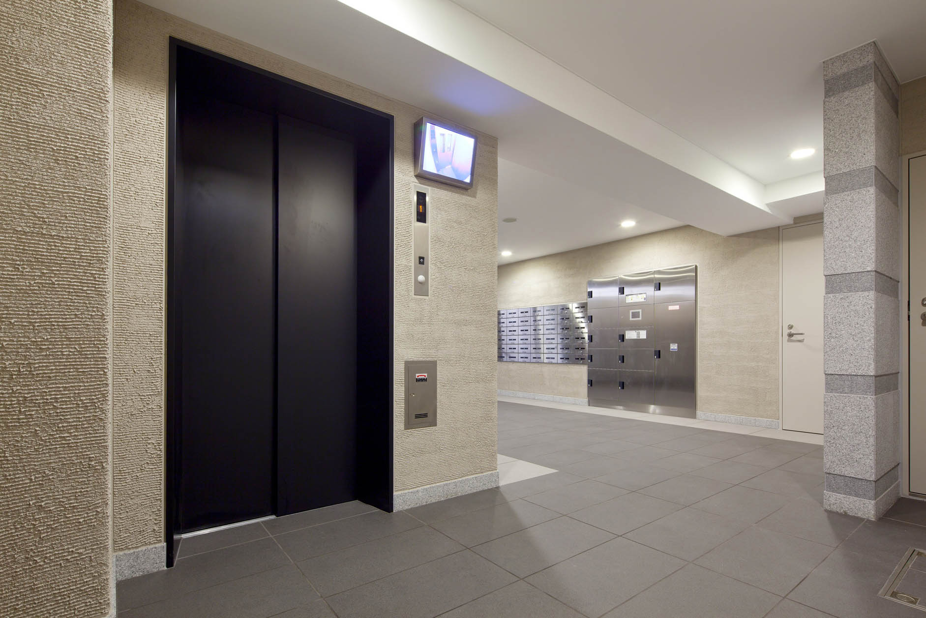 エントランスからお住まいになる部屋までのオートロックシステムは、非接触キーを使用し、エレベーターと連動しています。 イメージ