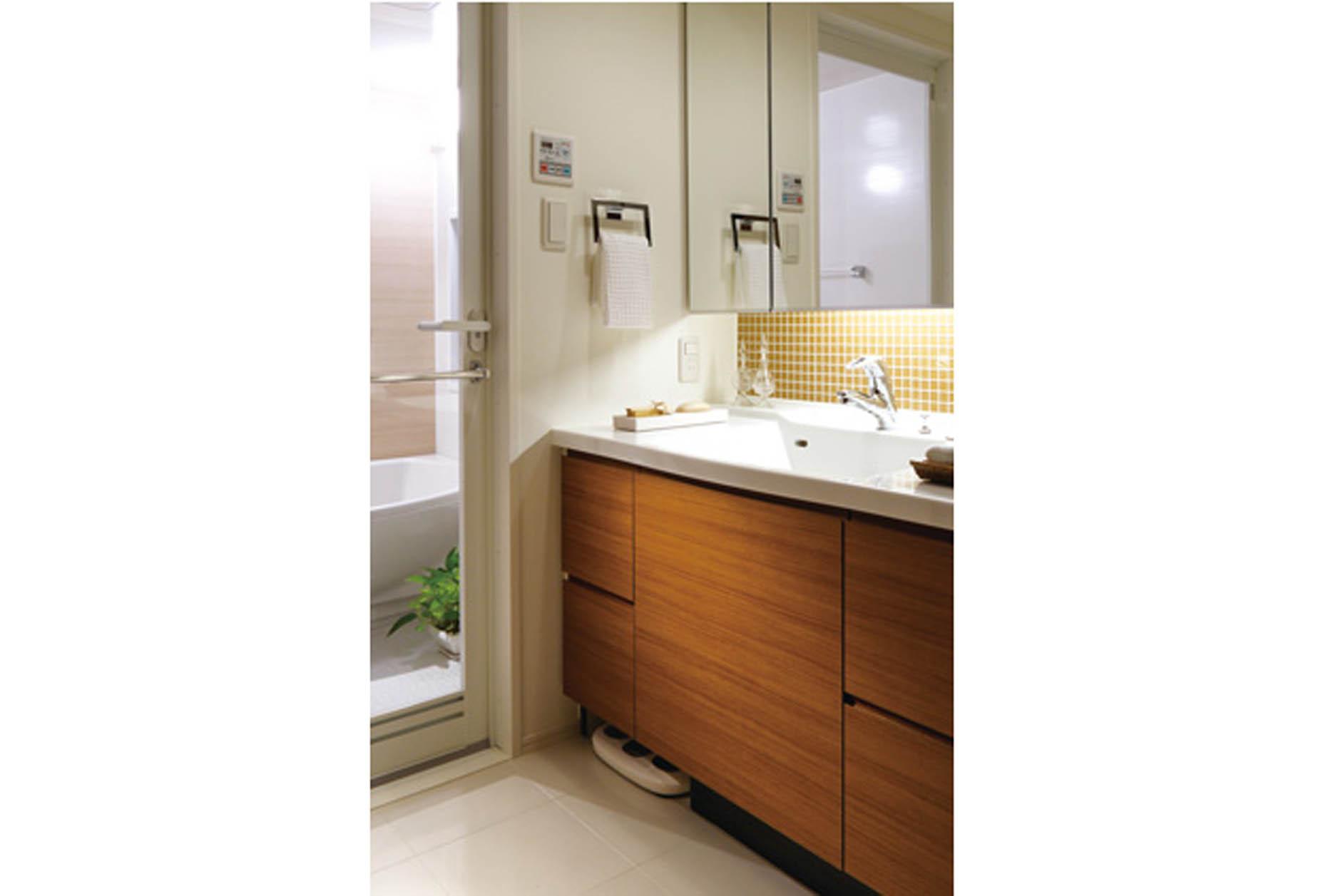 メイクも楽しめるホテルライクなパウダールーム。三面鏡の下はデザインタイルで仕上げ、間接照明も採用。(MR撮影) イメージ
