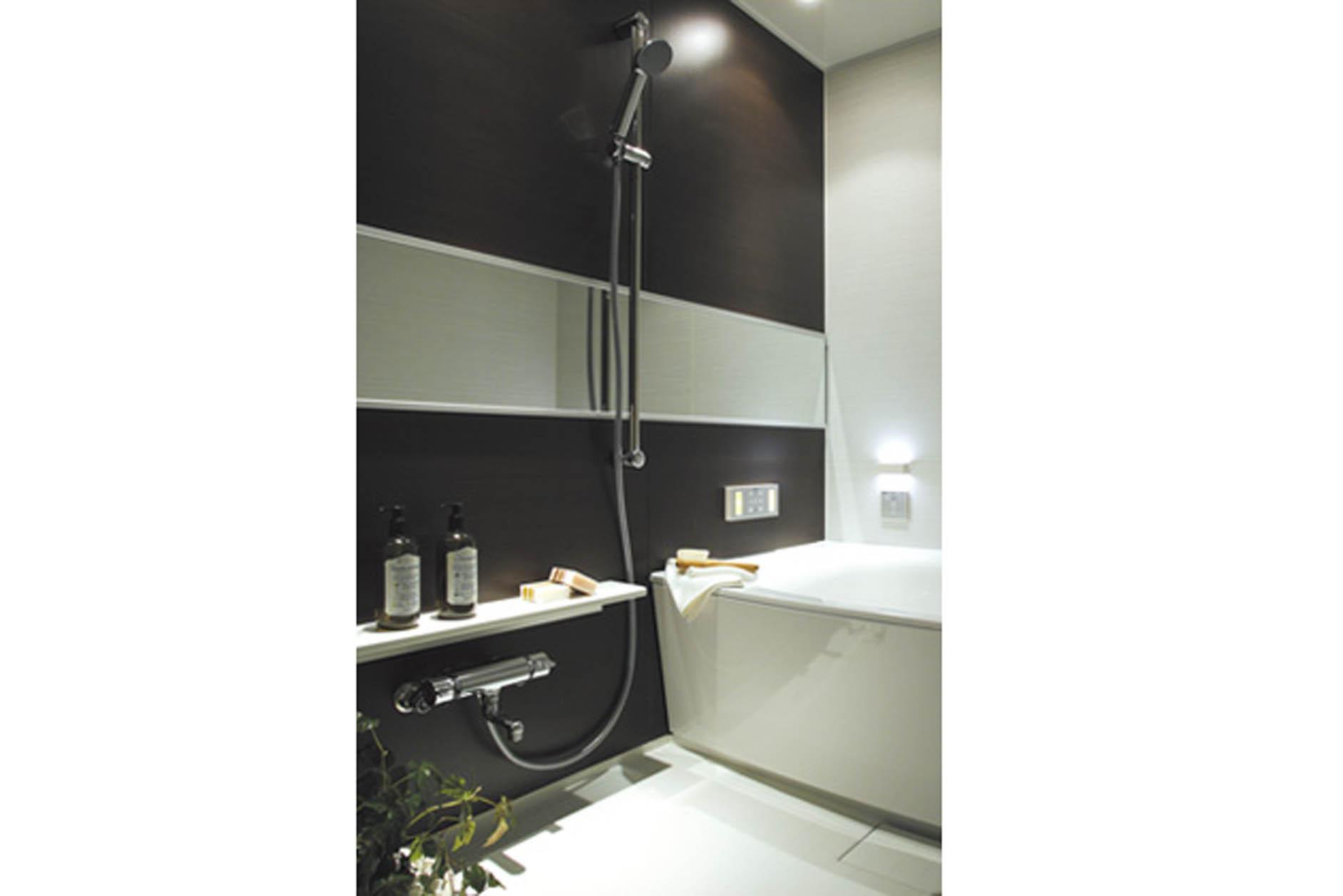 優美な形状の浴槽は、半身浴や全身浴などさまざまな入浴スタイルへ対応。(MR撮影) イメージ