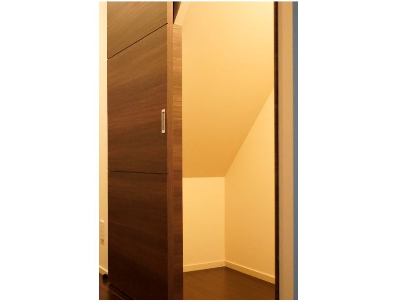 階段下にはデッドスペースを利用した収納スペース。(2019年6月撮影) イメージ
