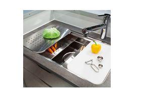 ユーティリティシンク・3層式の立体的なシンクで、洗う、調理する、片づけるがもっと効率的に。優れた機能で、キッチンの使いやすさを… イメージ