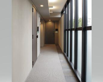 ガラスウォールの内廊下で環八通りの騒音を軽減。間接照明の柔らかな光がホテルライクで上質な雰囲気を演出致します(2016年6月)… イメージ