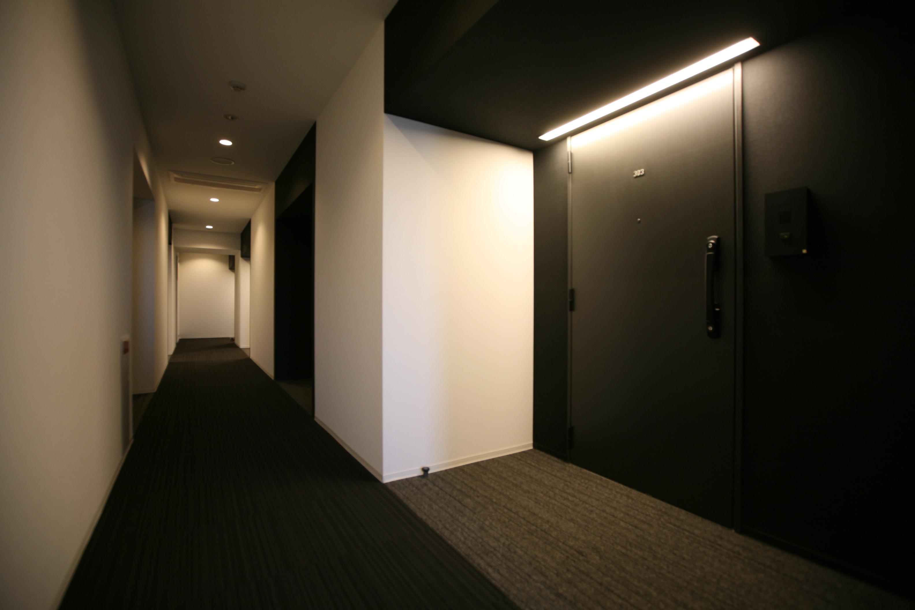 ホテルライクな内廊下を採用するとともに、プライバシーに配慮し各住戸の玄関にはオープンポーチを設け、また玄関同士が向かい合わない… イメージ