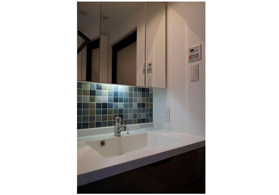 デザインタイルと間接照明で照らす洗面化粧台。 イメージ