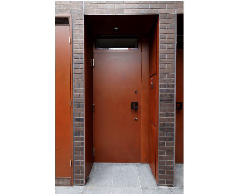 クラシカルなデザインタイルとコールテン鋼板の玄関ドア イメージ