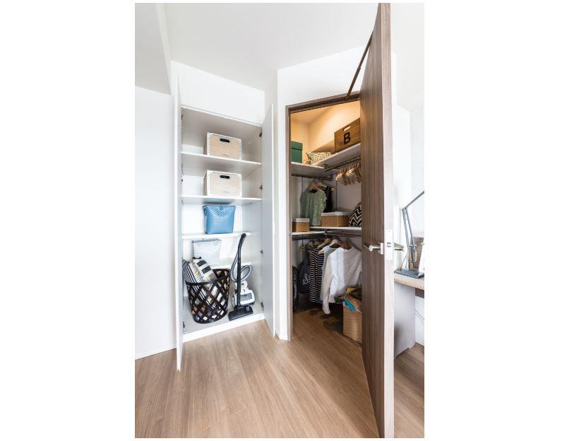 ご家族全員の衣類などをまとめて整理・整頓できる大容量の収納空間です。また小物を掛ける事もできる多機能自在フックも付いており、ラ… イメージ