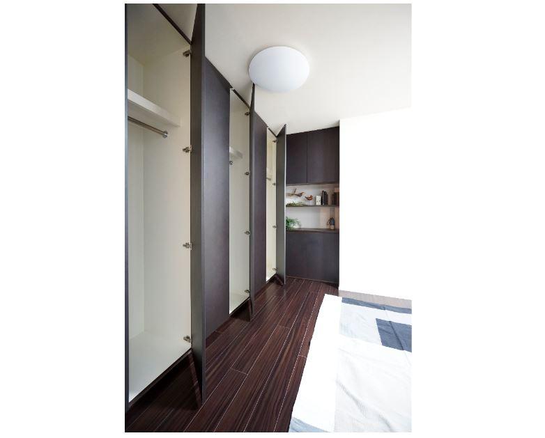 主寝室の壁面収納。マグネット式の扉は取手が出ないのでスタイリッシュです。(2019年5月撮影) イメージ