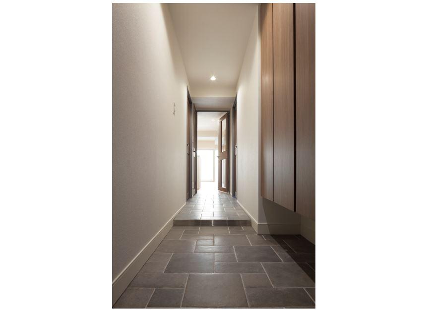 デザインタイル貼りの廊下。 イメージ