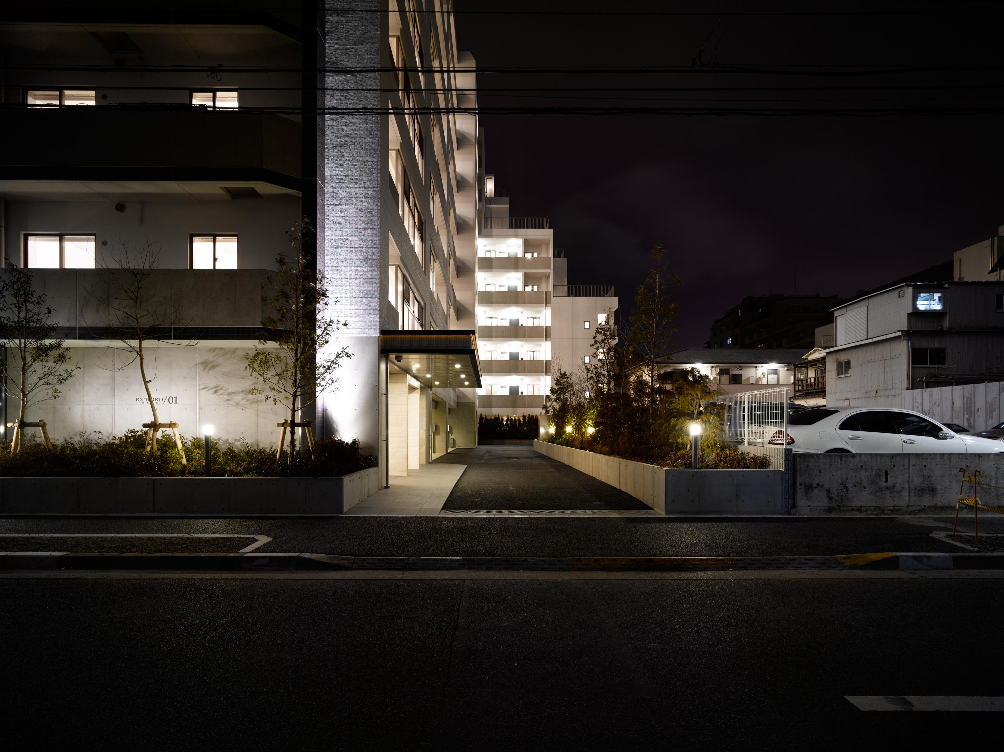 間接照明に照らされたエントランスファサード イメージ