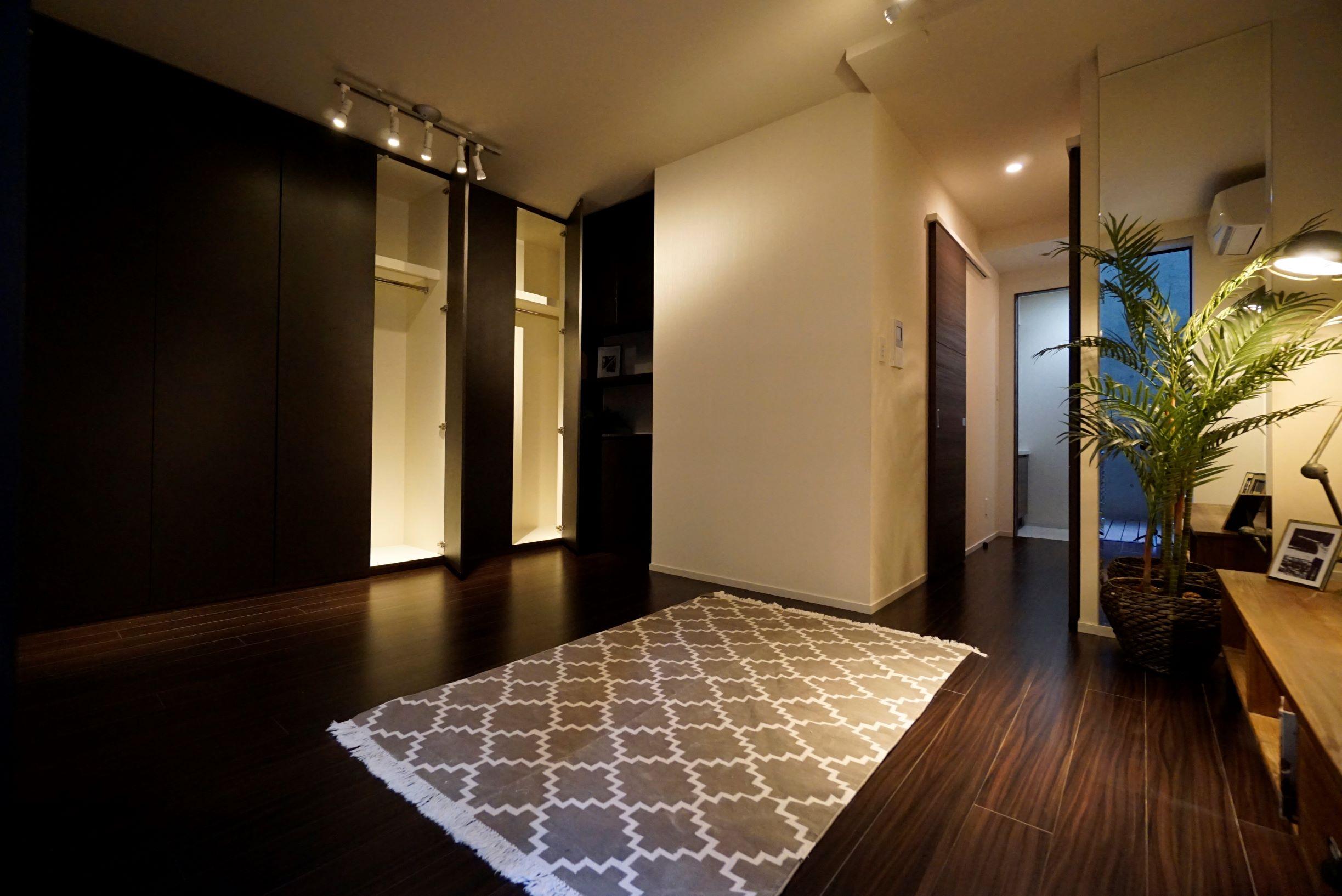 主寝室は落ち着いたカラーの幅広フローリング(2019年6月撮影) イメージ