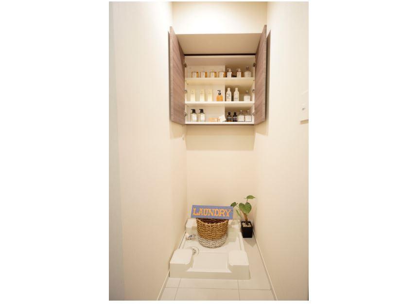 吊戸棚付きの洗濯機置き場デッドスペースを有効に活用(2019年7月撮影) イメージ