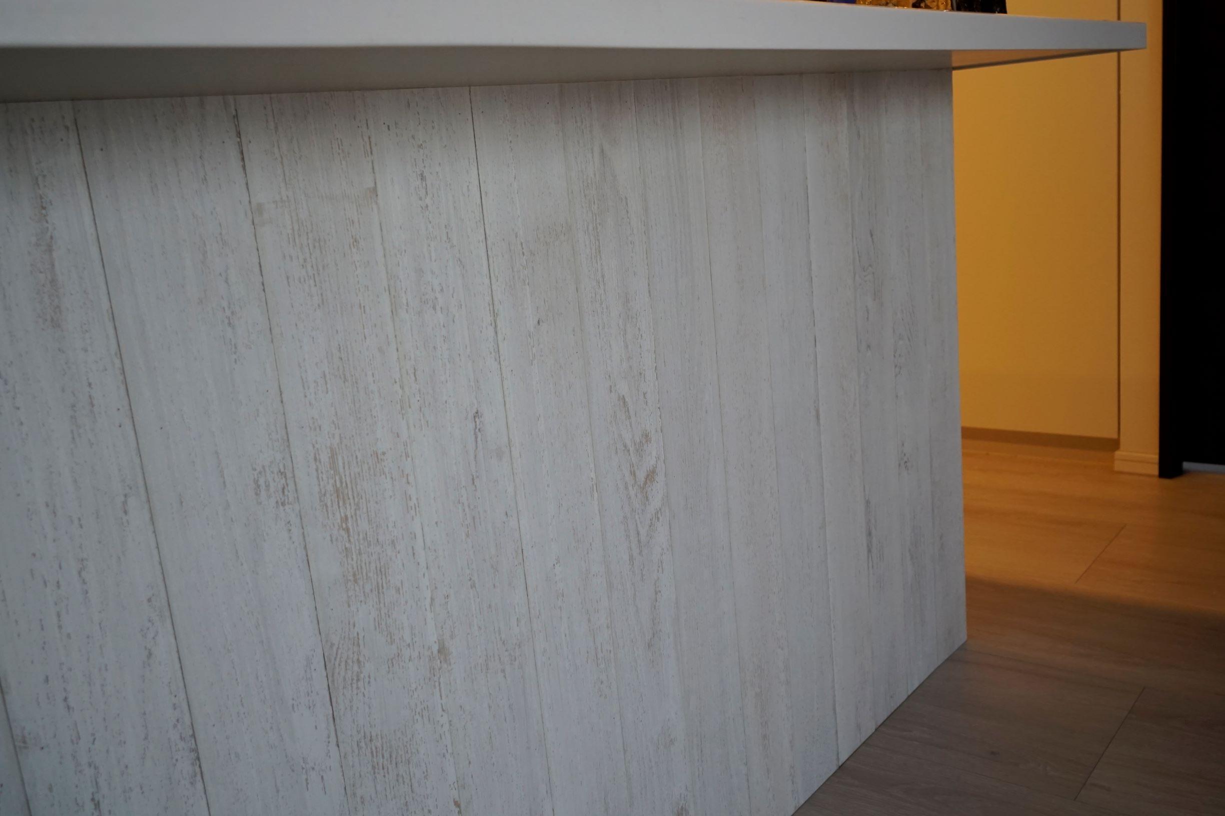 キッチンカウンター下部には木パネルを施工ナチュラルな雰囲気がリビングを包みます。 イメージ