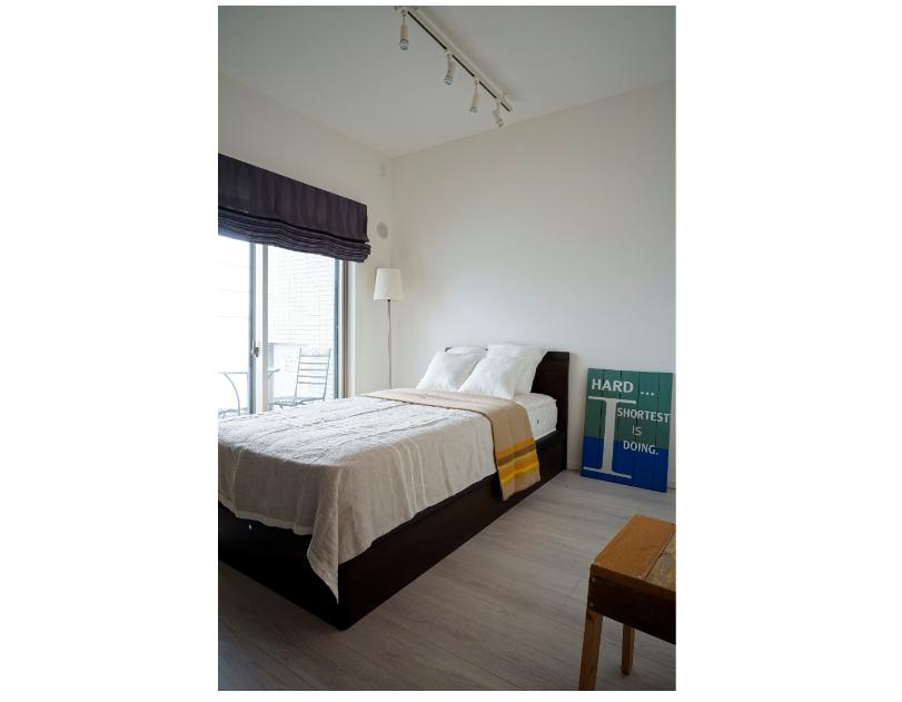 ワイドスパンのバルコニーに面した洋室(ロールスクリーンカーテン&シングルベッド付き) イメージ