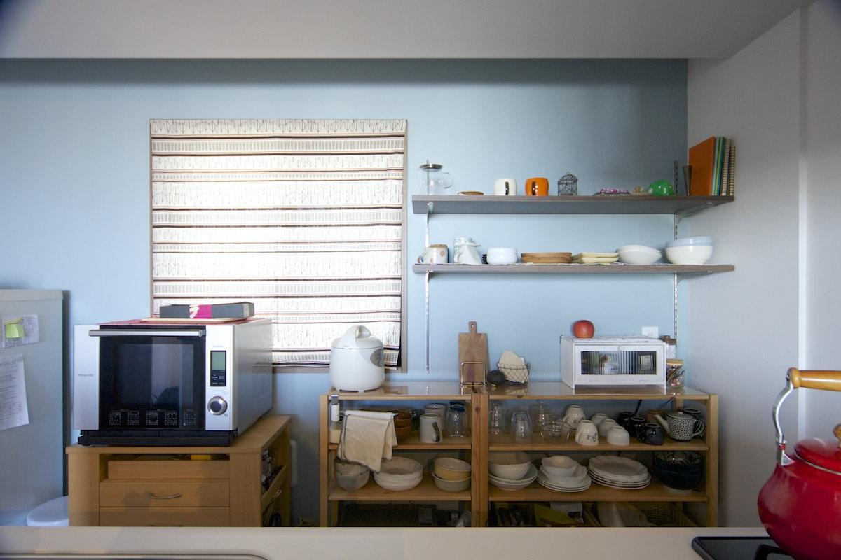 室内(2012年9月)撮影、棚設置、壁は小物も映えるブルーグレー塗装(ポーターズペイント) イメージ