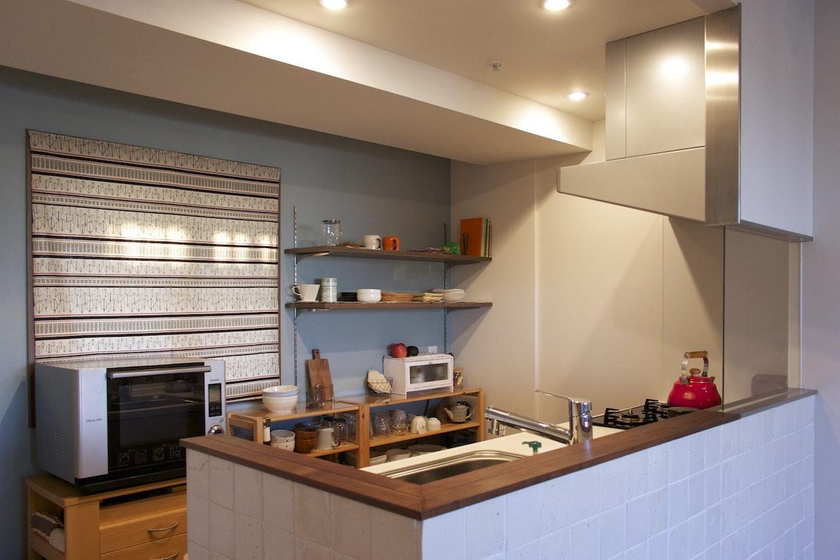 室内(2012年9月)撮影、窓あり対面キッチン、アクセント壁は白タイル貼り イメージ