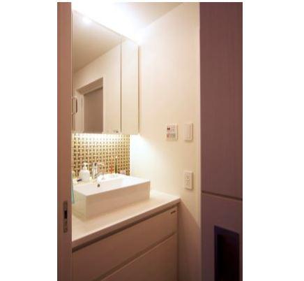 室内(2012年9月)撮影、三面鏡の下にはエレガントなモザイクタイル貼り イメージ