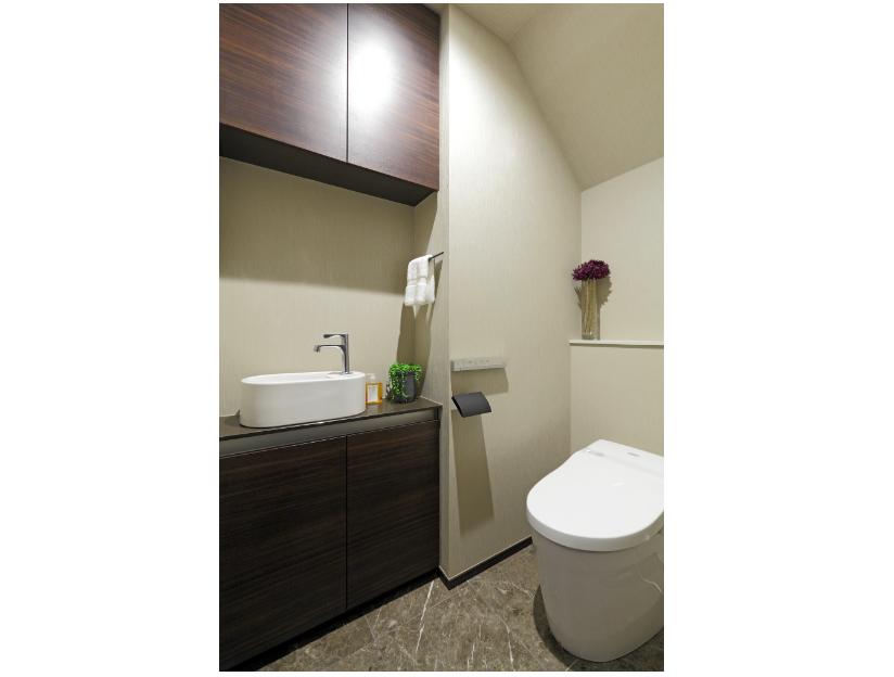 タイル張りのタンクレストイレ(手洗い器付き) イメージ