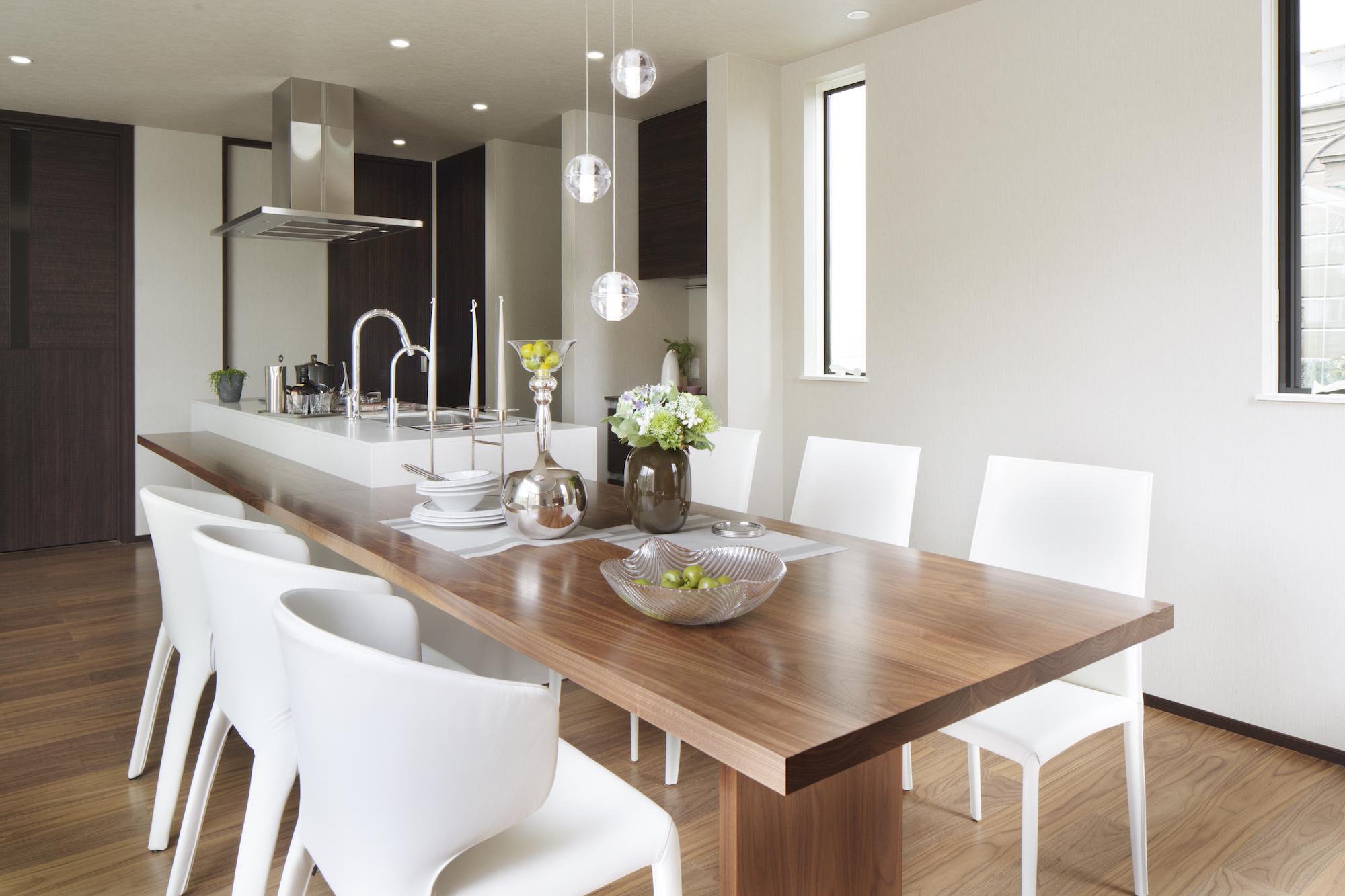 キッチンと一体のウォールナットのセンターテーブル イメージ