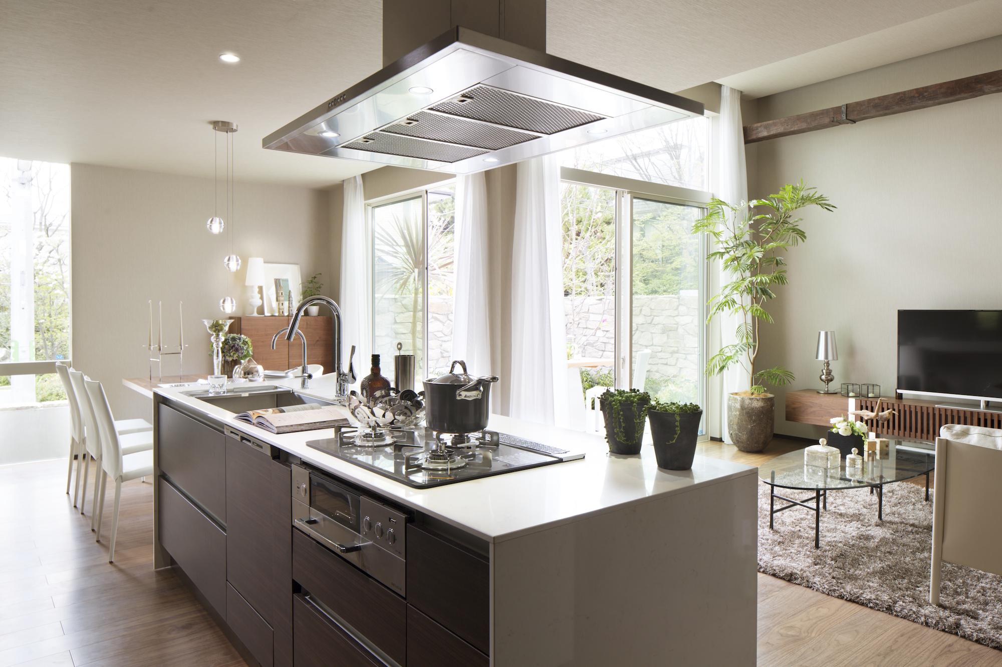 シーザーストーン(水晶)のキッチン天板とステンレスレンジフード イメージ