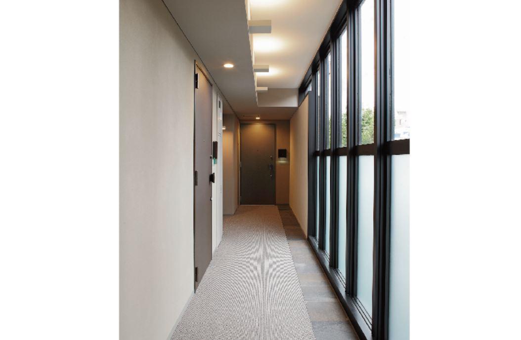 ガラスウォールの内廊下で環八通りの騒音を軽減。間接照明の柔らかな光がホテルライクで上質な雰囲気を演出致します イメージ