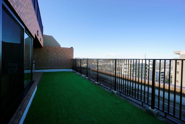 大型ルーフバルコニー約20畳・3方向を望む特別な空間を佇む イメージ