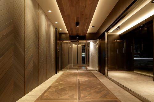ヘリンボーンの壁面、パーケットフローリングのような床タイル、木目が美しいウォールナットの天井など、上品でやさしさのある空間が住… イメージ