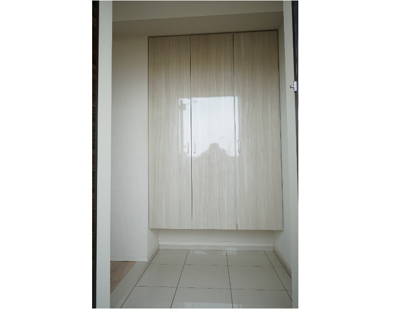 白色を基調とした清潔感がある玄関 イメージ