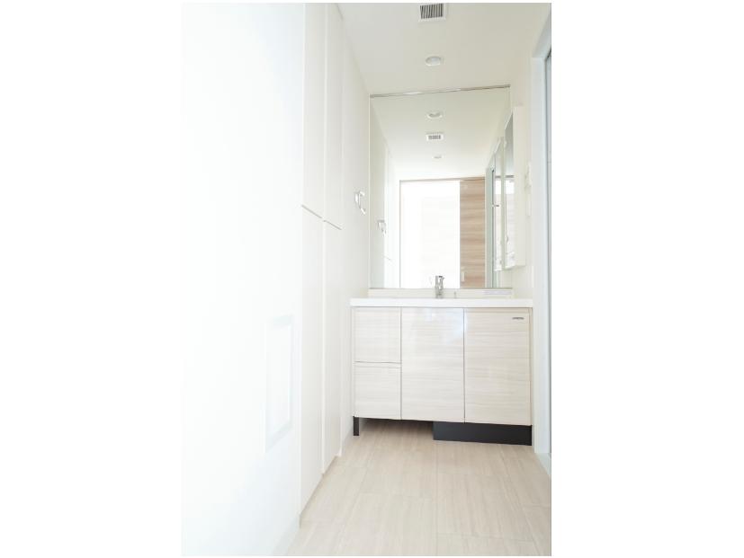 白色を基調にした洗面化粧台。 イメージ