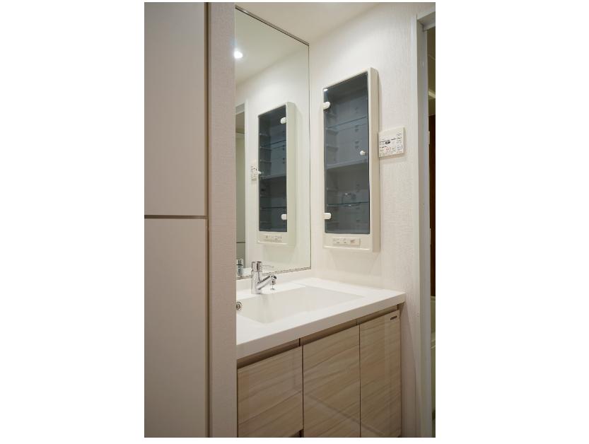 リネン庫と小物入れのある洗面化粧台 イメージ