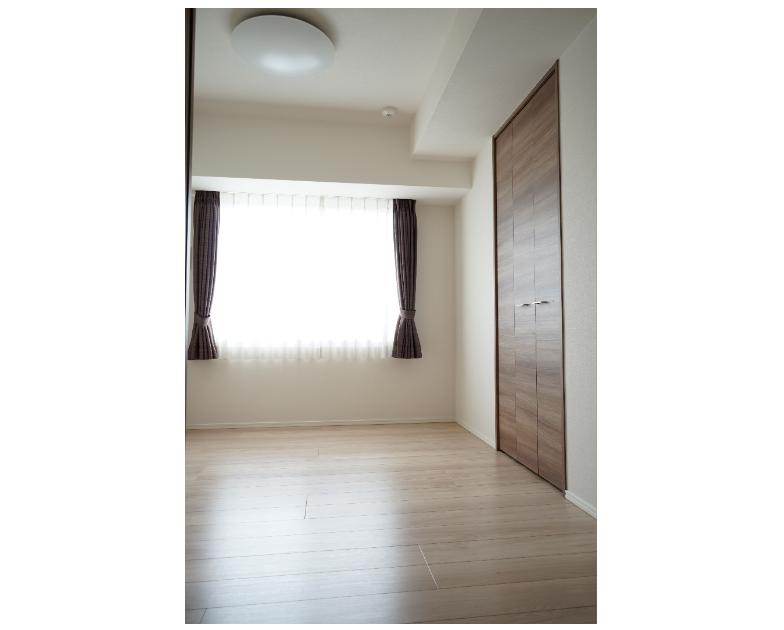 高窓のある洋室はベッドなどの配置が簡単です。 イメージ