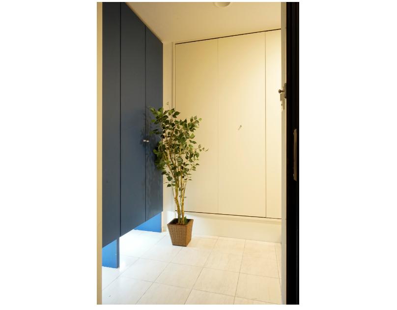 シューズBOXと壁面収納のある広い玄関。 イメージ