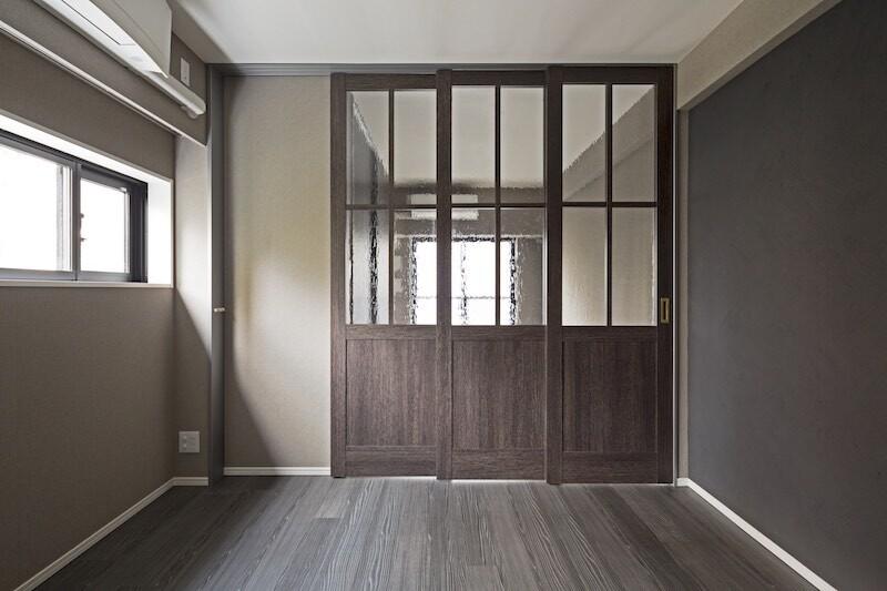 天井まである引き戸で居室とリビングを間仕切りしたフレキシブルな空間。 イメージ